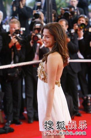 独家:阿兰德龙爱女亮相 笑容迷人如公主般高贵