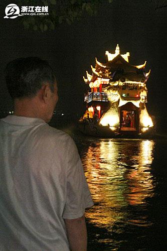"""""""荃桡""""号龙舟:""""荃""""(quán)是香草的意思,""""桡""""(ráo)的意思是船桨"""