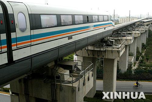 2006年3月14日,一列磁悬浮列车正驶出上海浦东龙阳路车站。新华社记者 陈飞 摄