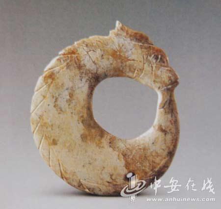 """1998年10月,凌家滩遗址第三次发掘时出土的""""中华第一玉龙""""。(资料图片)"""