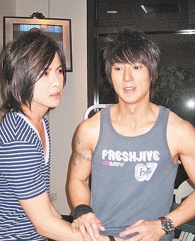 唐禹哲(左)猛然抓吴尊的腹肌,害他有些紧张.