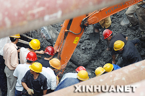 5月28日,救援人员对失踪者进行救援