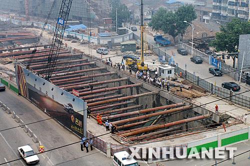 月28日8时左右,位于南京市水西门大街和纪念馆东路交叉口的地铁2号线茶亭站西基坑东端土体发生滑坡,造成2人失踪