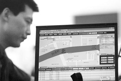 因试卷车安装GPS(全球定位系统),试卷车在运送过程中的一举一动都将在海淀区招生考试中心的监控屏幕上一目了然。同时,在报警状态下,指挥中心可通过安放在车辆内部的摄像机,及时抓拍到车辆内部的图像,便于指挥中心在出现突发事件时做出及时准确判断和处理,也为日后取证做准备。林晖摄