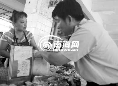 市民购买猪肉 记者 汪承贤摄