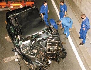 图为1997年戴安娜巴黎车祸现场。小图为戴安娜王妃。(资料图片)
