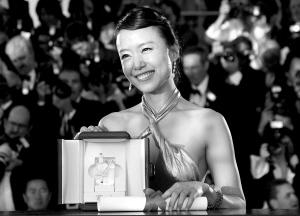 27日,全度妍手捧奖杯,成为新一代戛纳影后。全度妍是演技派演员,她1992年毕业于首尔大学艺术学院,1999年凭《幸福不再》获韩国电影最高奖大钟奖。 新华社/路透
