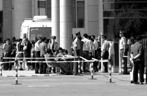 经过严格核对身份后,部分人员得以进入一中院旁听。本报记者