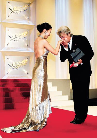 颁奖嘉宾阿兰·德隆亲吻新任戛纳影后全度妍的手背