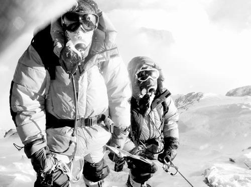 登珠峰必不可少的氧气瓶成了徐江雷送给女儿六一儿童节的礼物。