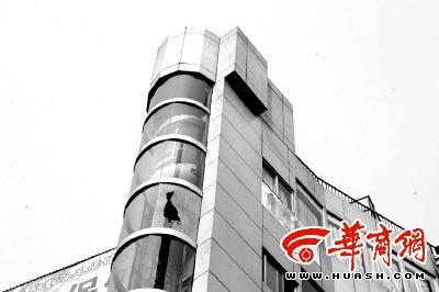 重庆观光电梯玻璃爆裂伤行人