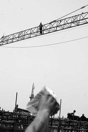 工程款送至工地,讨薪民工走下塔吊。