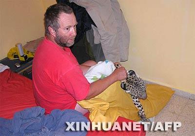 5月28日,在以色列南部内盖夫沙漠地区的斯代博克,导游阿瑟·杜莫施抓住一只野豹。