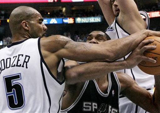 图文:[NBA]爵士VS马刺  布泽尔破坏邓肯进攻