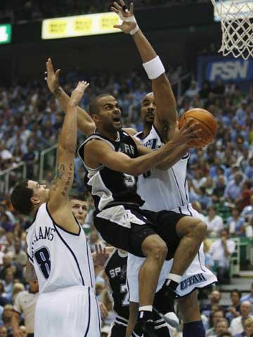 图文:[NBA]爵士VS马刺 帕克突破上篮