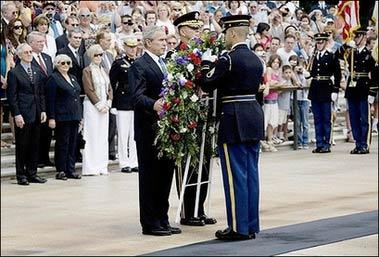 5月28日,布什在美国阿灵顿国家公墓献花圈。