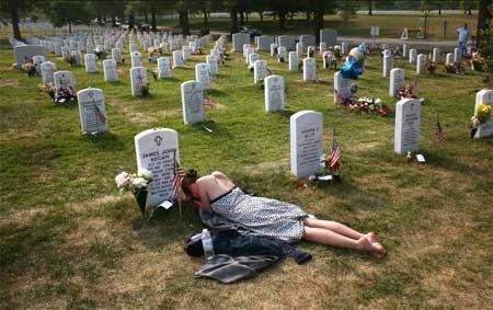 一名妇女当天前往了丈夫的坟墓纪念。