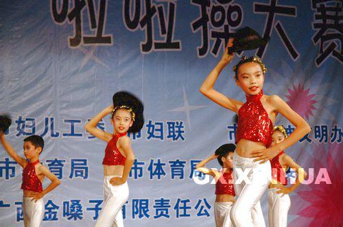 图文:迎奥运儿童啦啦操比赛  可爱的小模特