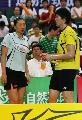 图文:中国羽毛球队内对抗 张宁点拨鲍春来