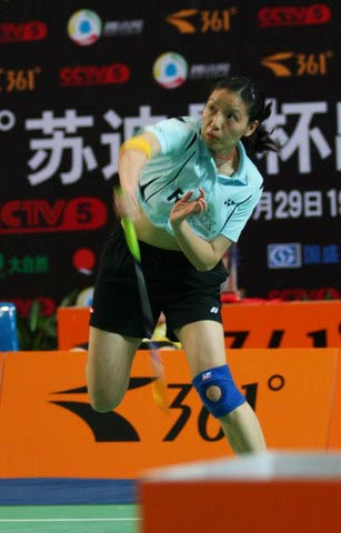 图文:中国羽毛球队内对抗 杨维大力杀球
