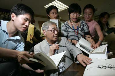 年届七旬的渡边淳一一直以写作情爱女性题材的小说赢得中日读者的热爱  片早报记者 高剑平 图