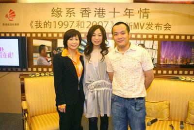 香港旅游发展局中国内地总监叶贞德女士、歌手艾敬和导演宁浩合影