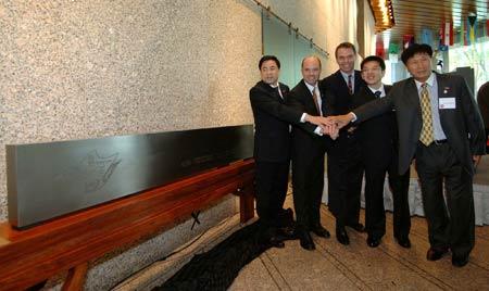 """国家体育馆(鸟巢)总经理将利用鸟巢剩余的建筑钢材制造的鸟巢模型送给新开业的""""可口可乐博物馆"""""""