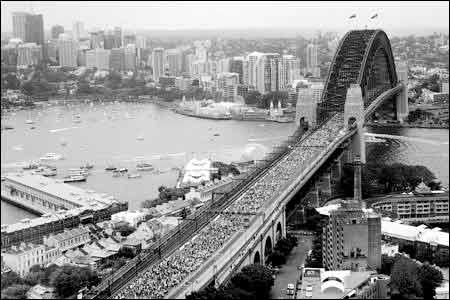 2007年3月18日,近20万人步行穿越悉尼港湾大桥