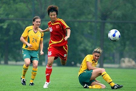 图文:女足VS澳大利亚 刘亚莉助攻
