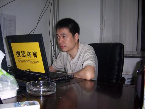 图文:马晓春九段网上指导 不是比赛亦神情专注 照片 051