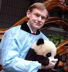 """佐利克今年初到成都大熊猫繁育研究基地参观,怀抱大熊猫""""晶晶""""留影。(香港大公报资料图片)"""