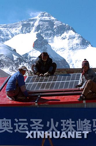 5月30日,施工人员为奥运圣火珠峰驿站安装太阳能发电系统。