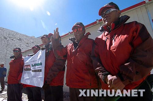 5月30日,西藏登山队的部分队员站在奥运圣火珠峰驿站前合影。