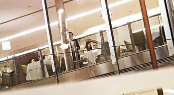 李家诚/离去时,李家诚再度走近窗边视察记者动态,见记者再度举机拍摄...