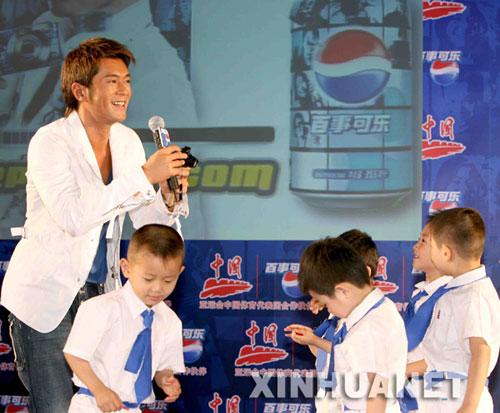 古天乐在发布会上被小朋友嬉戏甚欢。新华社记者 陈建力 摄