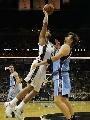 图文:[NBA]马刺VS爵士 邓肯强攻篮下