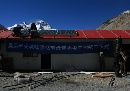 图文:奥运圣火珠峰驿站 工人安装太阳能设备