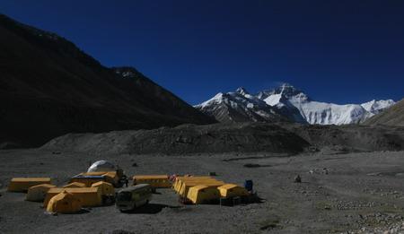 图文:奥运圣火珠峰驿站 为数不多的几支登山队