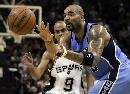 图文:[NBA]马刺VS爵士 布泽尔接球
