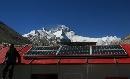 图文:奥运圣火珠峰驿站 珠峰脚下太阳能电池板