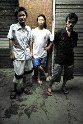 2006年8月,桂姐餐馆的宿舍下,流浪少年阿南、阿成、阿豪三人合影。如今他们都已不知去向。安海波/图