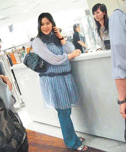 """腹大便便的李兆基媳妇徐子淇昨日傍晚时分又出巡购物,以一副""""蓝精灵""""打扮示人。"""