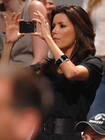 图文:[NBA]马刺晋级总决赛 伊娃拍照