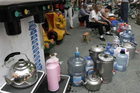 居民们排队等待着得到干净的饮用水。