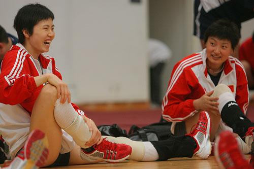 图文:女排备战多米尼加 周苏红训练中笑得开心
