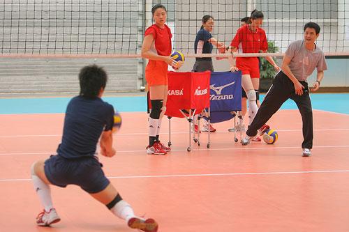 图文:女排备战多米尼加 陈忠和帮助队员练习