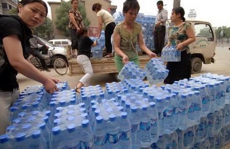 江苏无锡自来水遭污染市民抢购纯净水(组图)