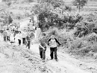 村里的孩子们每天都要从这条路上学。