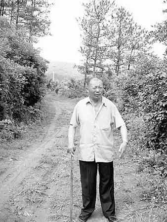 陈登峰老人现在已经无法再维修这条土路了。