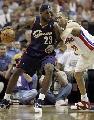 图文:[NBA]骑士VS活塞  詹姆斯单打普林斯